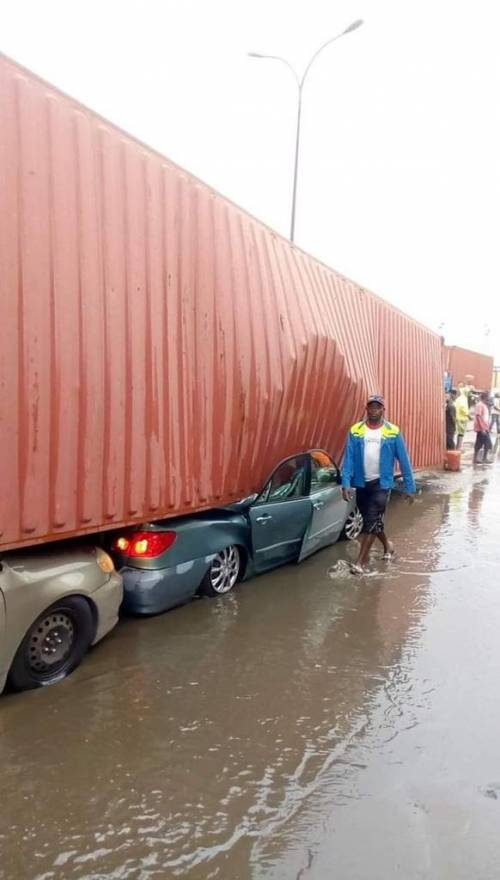 Apapa Gridlock: Container Falls On Two Vehicles | Sahara Reporters