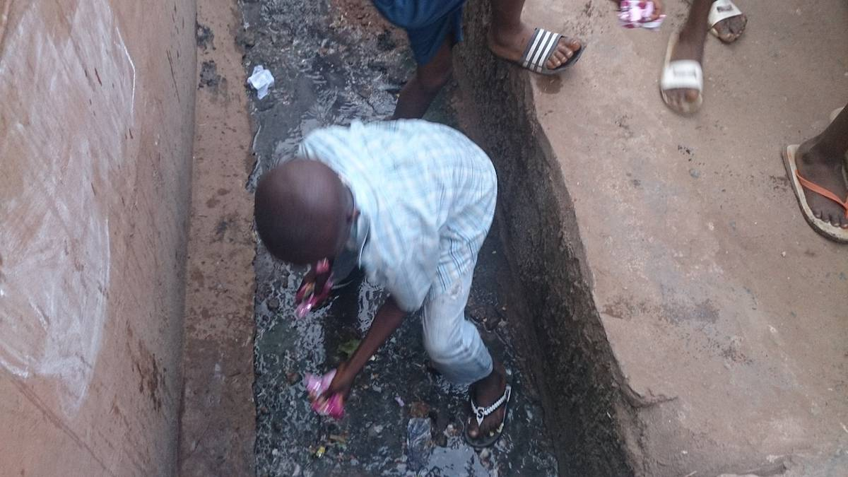 Children scramble in gutters for food thrown by PDP campaign